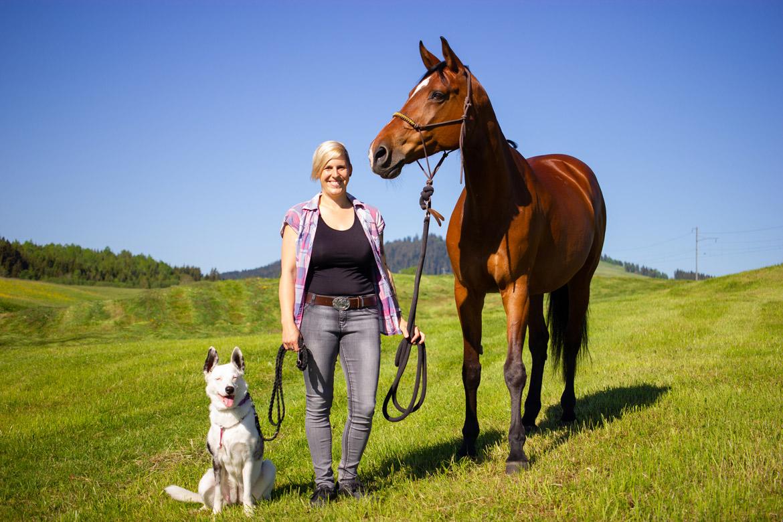 Nadja Fassbind mit ihrem Pferd Esi und Hündin Leika